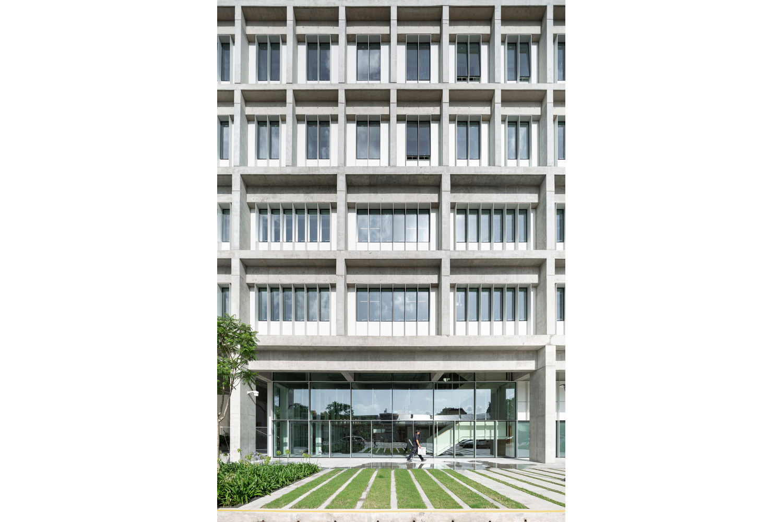 Universidad Torcuato Di Tella in Buenos Aires, Argentina. Fotografia exterior vertical.
