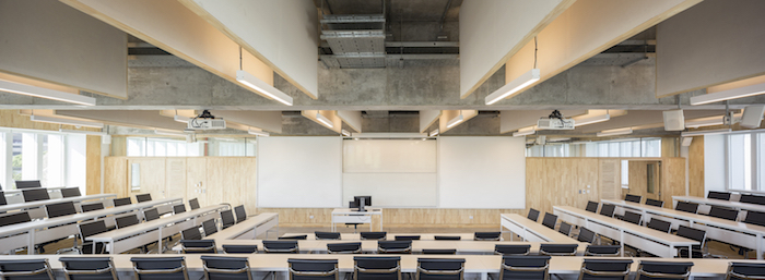 Universidad Torcuato Di Tella in Buenos Aires, Argentina. Acoustic design consulting by WSDG. Prestigious university in Buenos Aires, in the Nuñez River Plate neighborhood. Classroom wide photo.