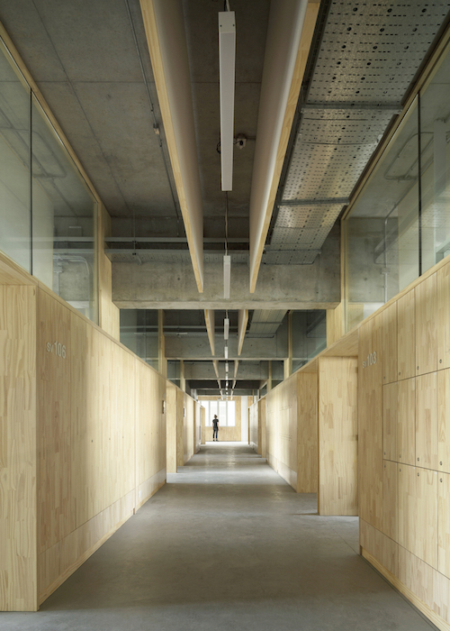 Universidad Torcuato Di Tella in Buenos Aires, Argentina. Acoustic design consulting by WSDG. Prestigious university in Buenos Aires, in the Nuñez River Plate neighborhood. Classroom hallway.