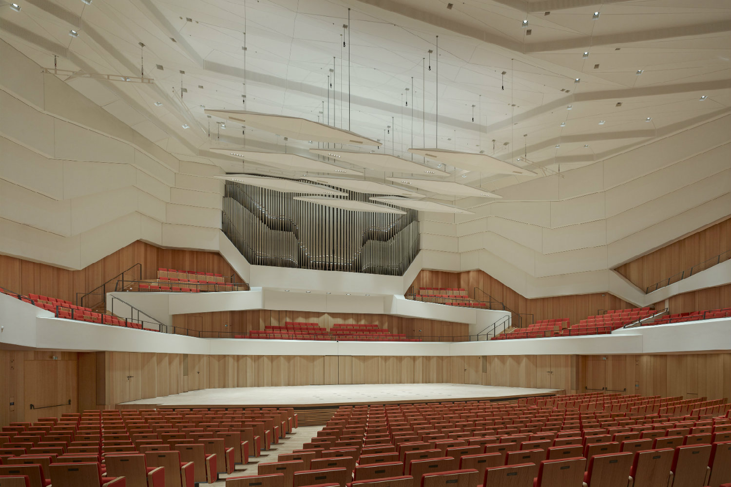 Located in the middle of Dresden's old town, the Kulturpalast highlights with its glass facades and striking roof structure. ADA (WSDG) was the responsible acoustician and consultant for the renovation. Interior Audience Perspective