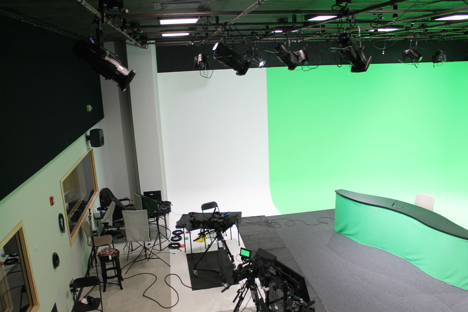 MJH Studios in NJ, designed by WSDG, is a world-class recording and production facility for the main use of creating audio and video healthcare-related content by MJH for their clients. Sound Stage with green walls