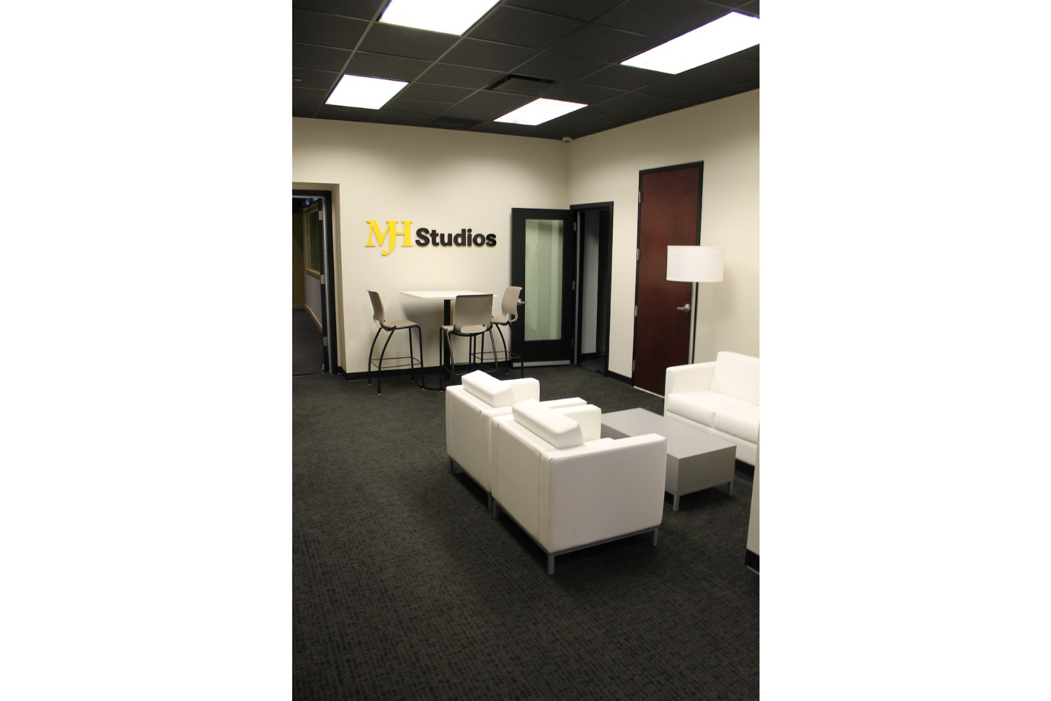 MJH Studios in NJ, designed by WSDG, is a world-class recording and production facility for the main use of creating audio and video healthcare-related content by MJH for their clients. Lobby