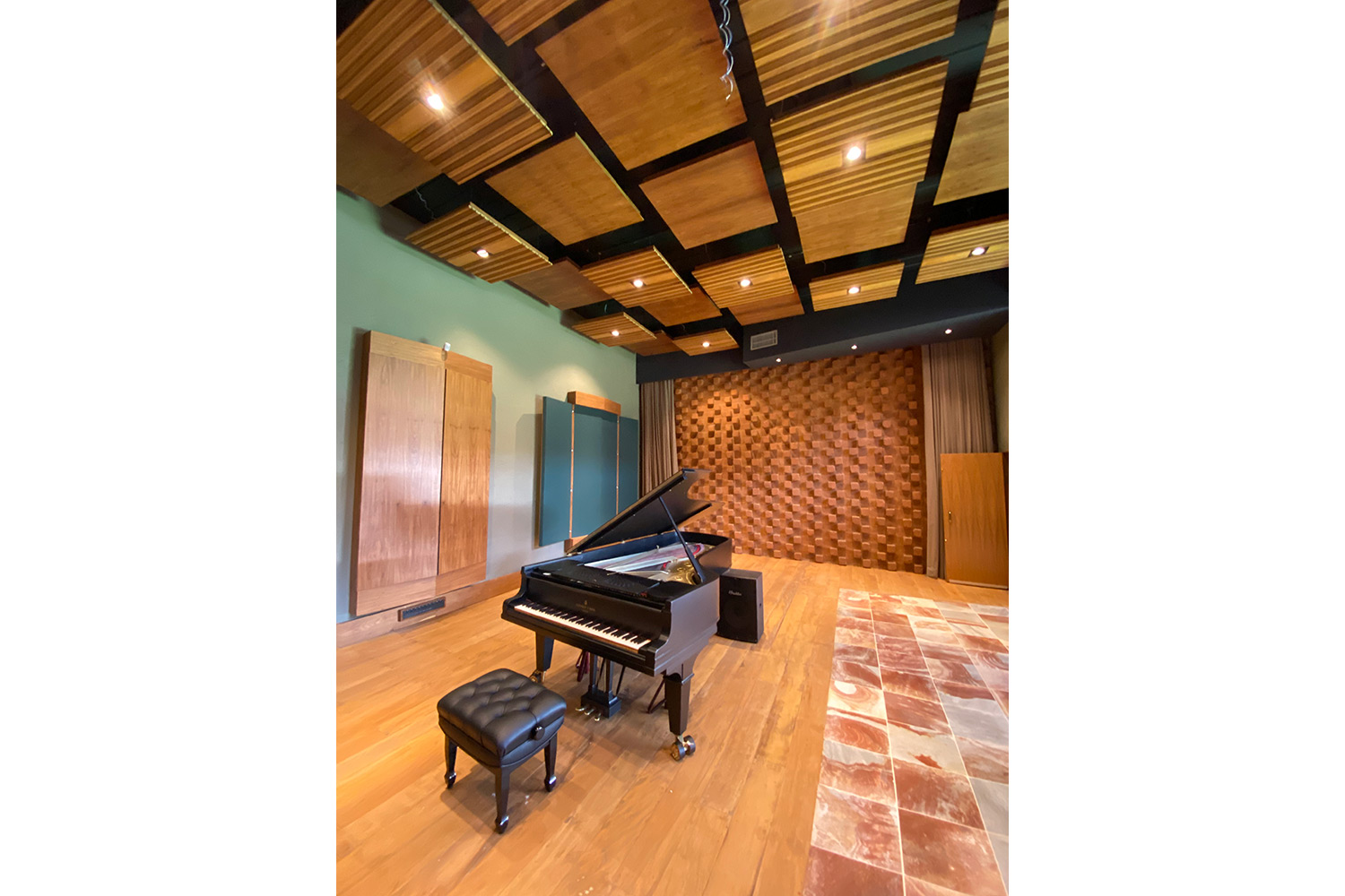 New Doors Vintage Keys, former Skank's studio now owned by Ale Fonseca. Studio designed by WSDG Brazil office. Live Room Piano and acoustic treatment.