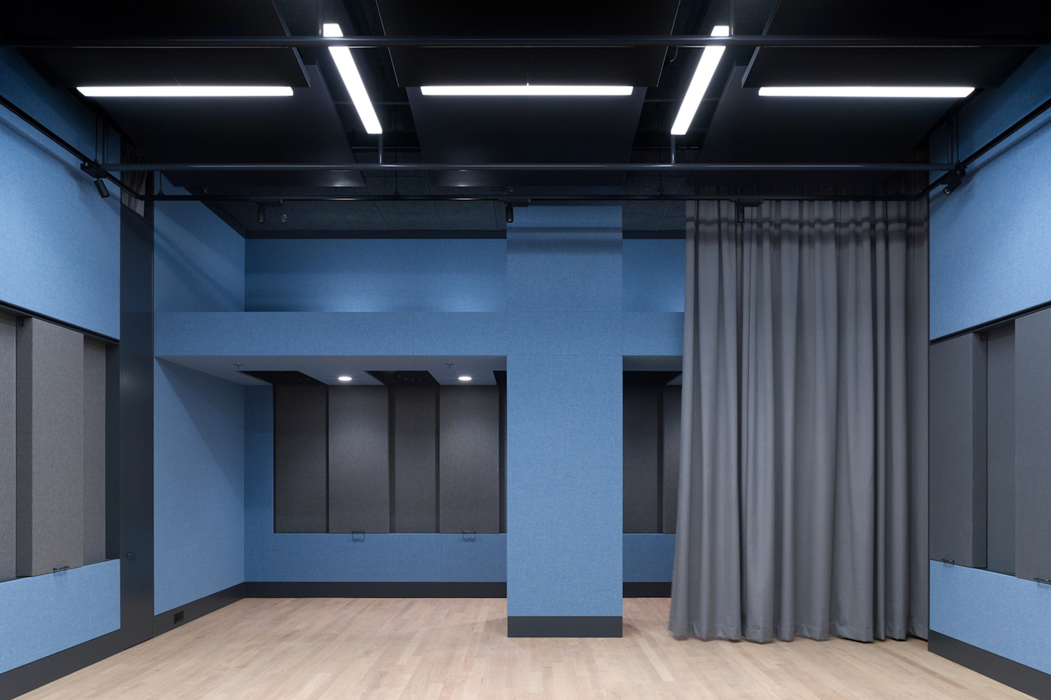 Schweizer Radio und Fernsehen broadcasting company relocated their Basel facilities and WSDG's services were retained to tune the acoustics of these rooms and ensure high-quality working areas for SRF. Production room.