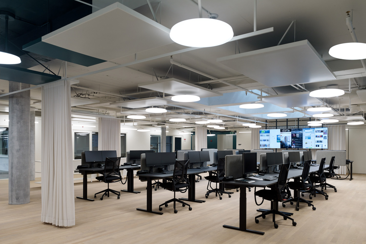 Schweizer Radio und Fernsehen broadcasting company relocated their Basel facilities and WSDG's services were retained to tune the acoustics of these rooms and ensure high-quality working areas for SRF. Office area.