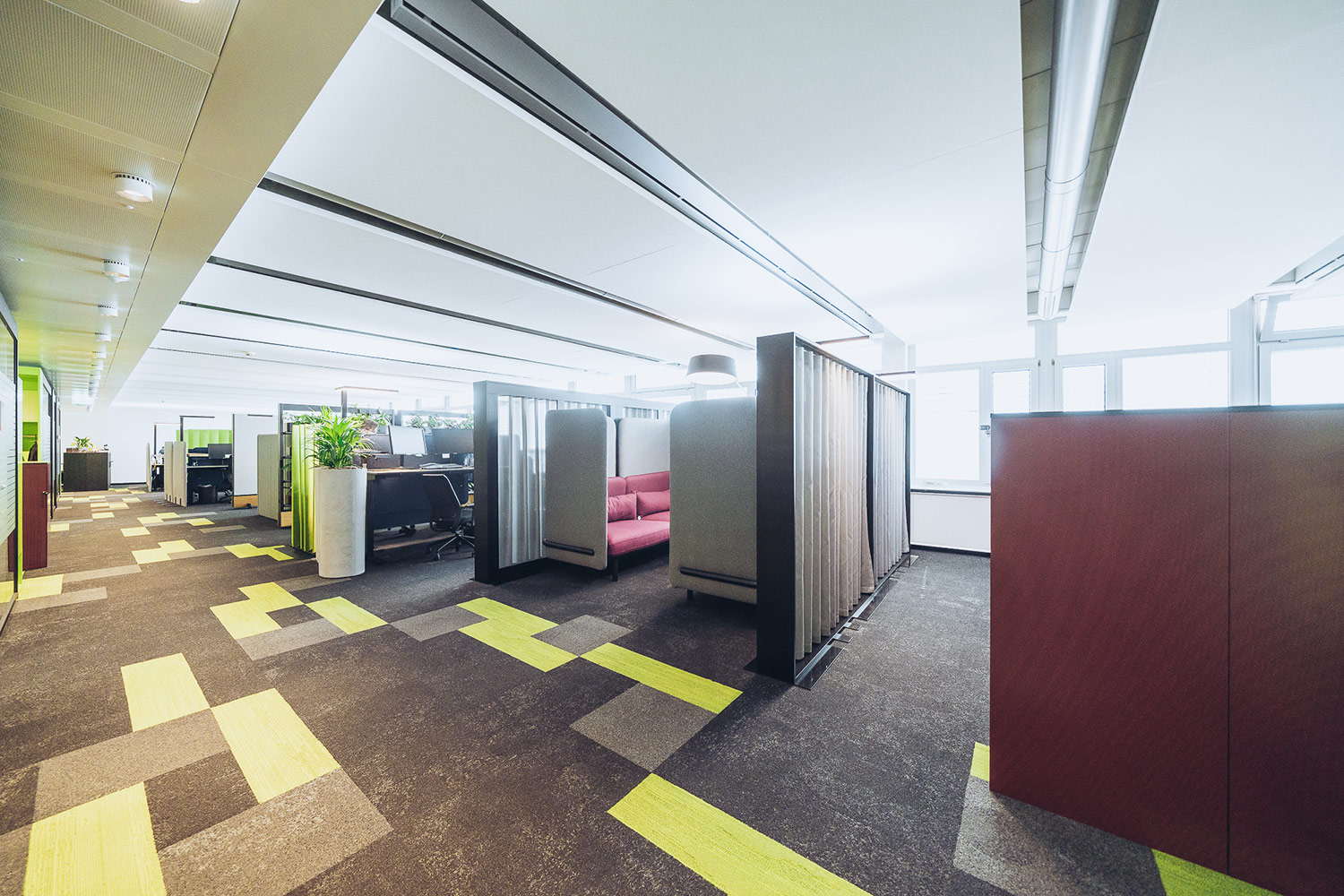 SWICA, one of Switzerland's leading healthcare and insurance organizations, retained WSDG to create an efficient and acoustically pleasant open space environment. Dividers.