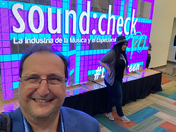 Sergio Molho dando una conferencia de como diseñar un estudio de grabación profesional en el Soundcheck 2019 AES Mexico.