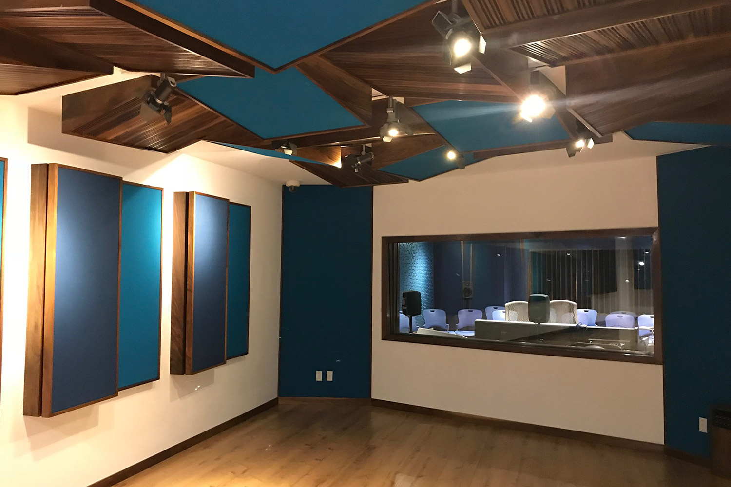 TEC de Monterrey University has grown to include 31 campuses in 25 cities throughout Mexico. A trail-blazing seat of education. After the 2017 earthquake, WSDG was reached to do the new studio design of the facility in a record time. Live Room A 2