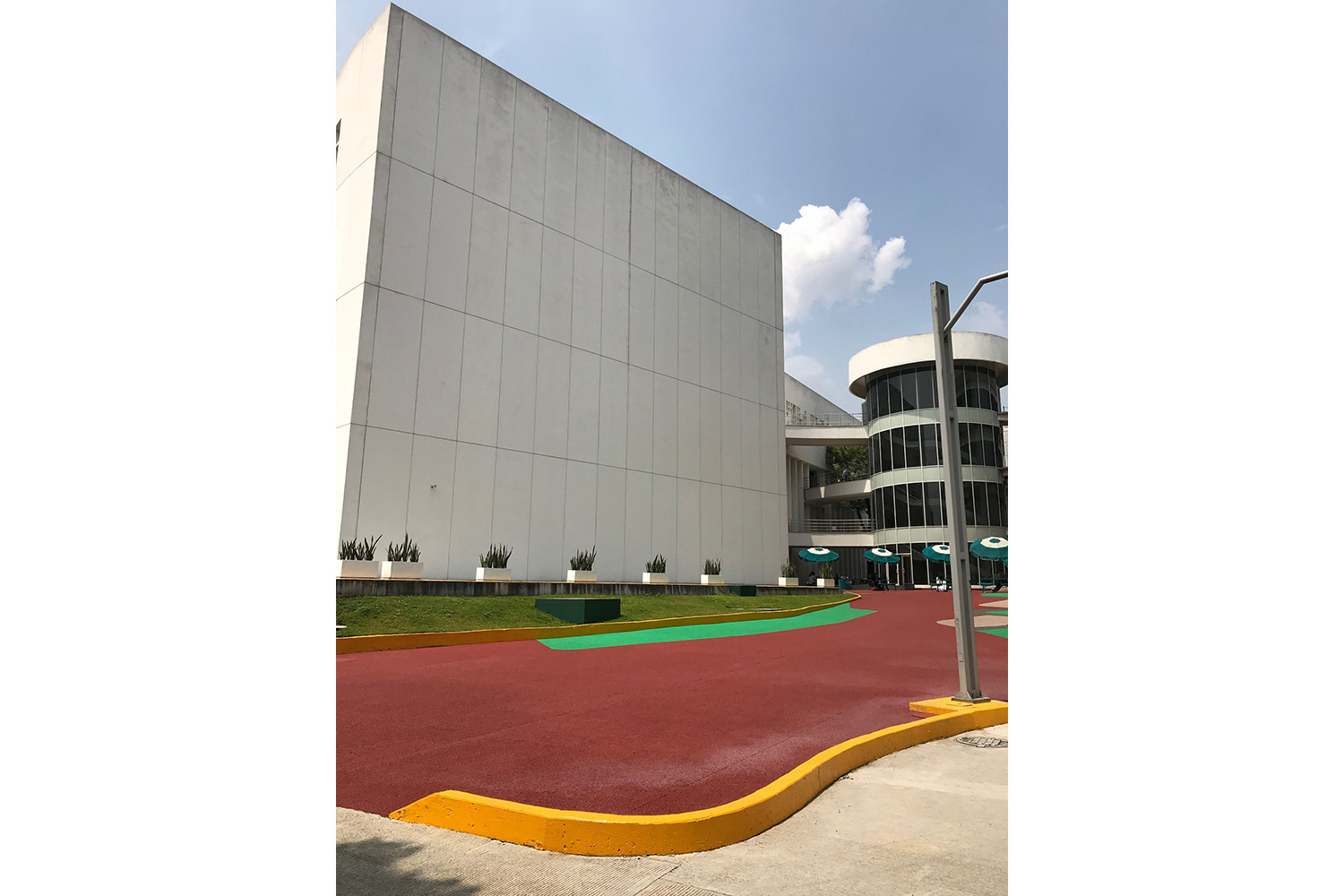 TEC de Monterrey University has grown to include 31 campuses in 25 cities throughout Mexico. A trail-blazing seat of education. After the 2017 earthquake, WSDG was reached to do the new studio design of the facility in a record time. Outside façade