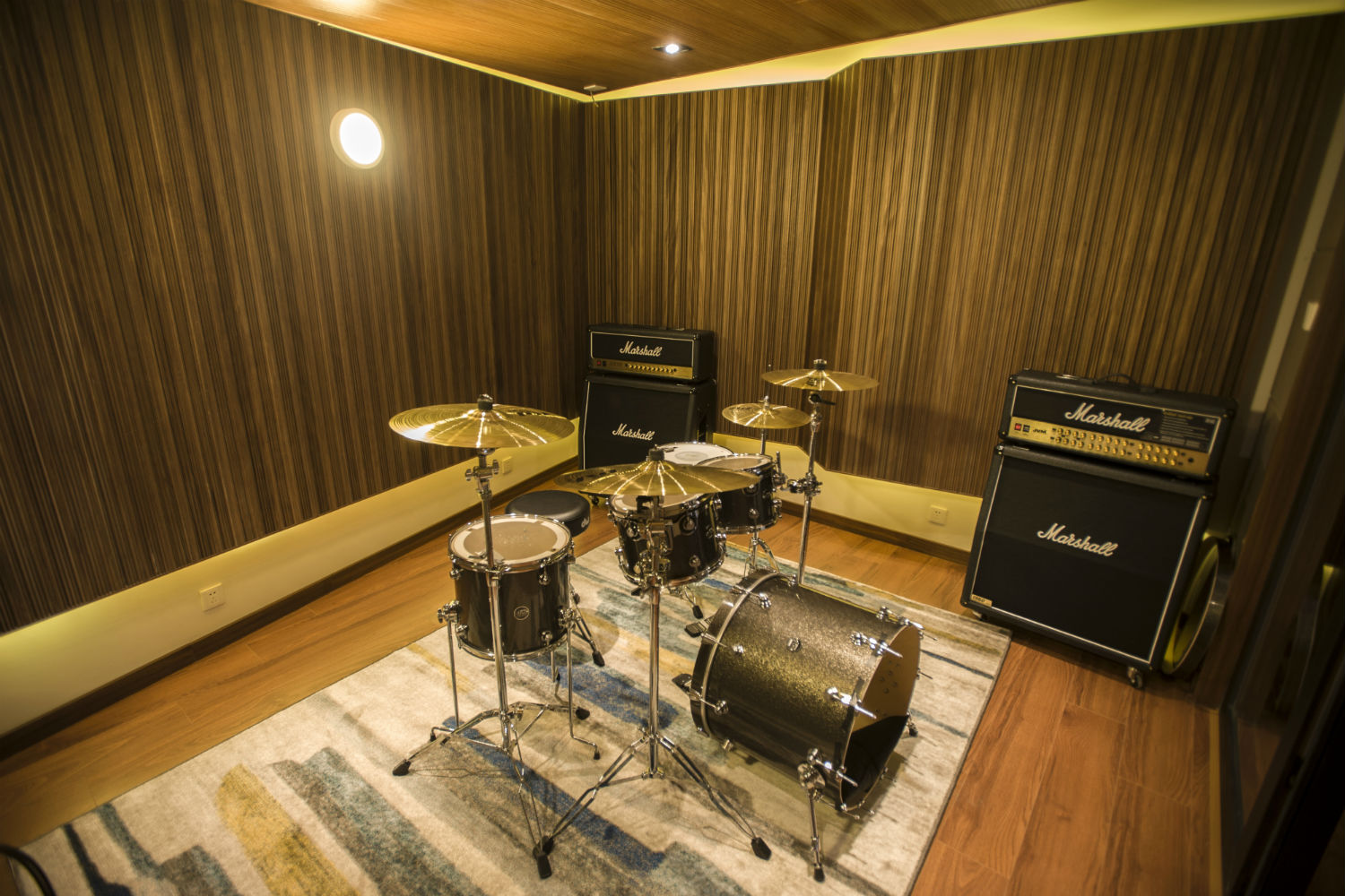 Zhejiang Conservatory of Music in Hangzhou, East China commissioned WSDG to create an important addition to this extraordinary institution, a 21st Century Music Production & Education Complex. Boutique ISO Booth with Drums Set and Amplifiers