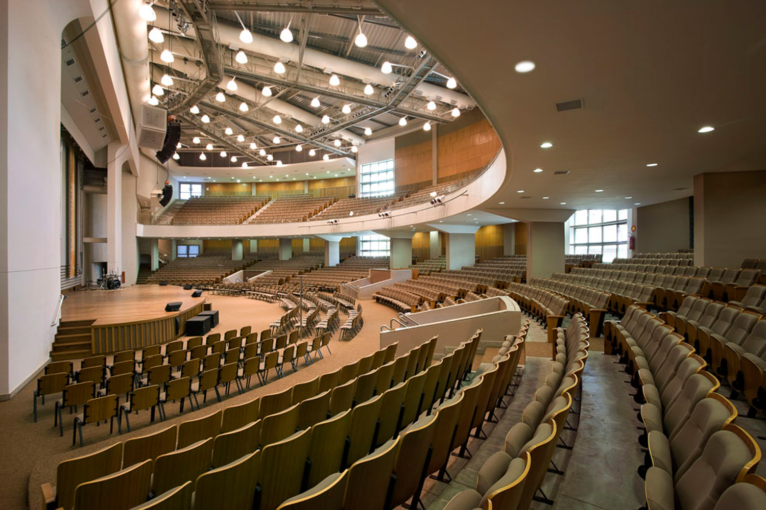 Igreja Batista Central, IBC in Brazil. Acoustic solutions by WSDG. Perfect acoustics in religious spaces. Stage right photo.